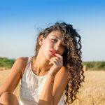 Kręcone włosy – piękne a zarazem uciążliwe